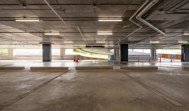 Cimento vazio interior da garagem e sinal de saída sinal de seta no interior da garagem de estacionamento edifício industrial ou supermercado. Foto Premium