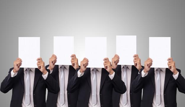 Cinco empresário cobrem o rosto com papel branco vazio em branco Foto Premium