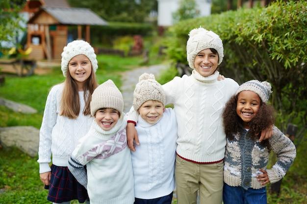 Cinco filhos em família grande Foto gratuita