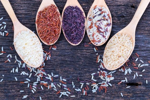 Cinco tipos de arroz orgânico no assoalho de madeira Foto Premium