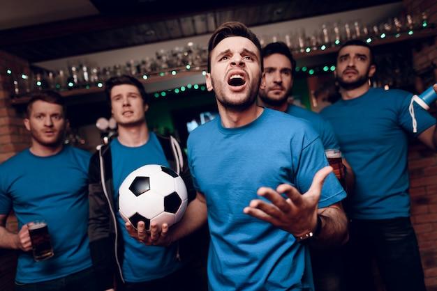 Cinco torcedores tristes que a equipe deles perde no bar Foto Premium