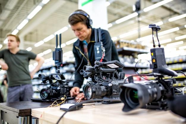 Cinegrafista gravando um filme ou programa de televisão em estúdio com uma câmera profissional, nos bastidores Foto Premium