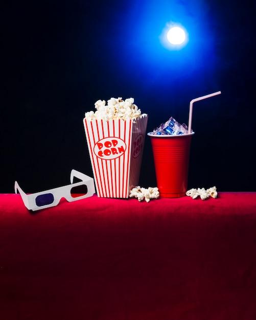 Cinema com caixa de pipoca e óculos 3d Foto Premium