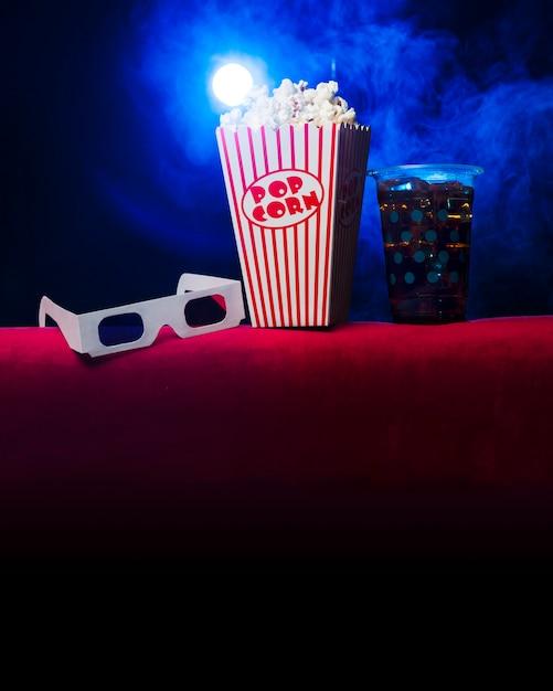 Cinema com caixa de pipoca e óculos 3d Foto gratuita