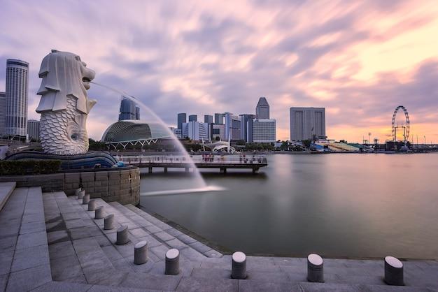 Cingapura - 11 de janeiro de 2018: a fonte de merlion e areias da baía da marina é famoso marco ao nascer do sol Foto Premium