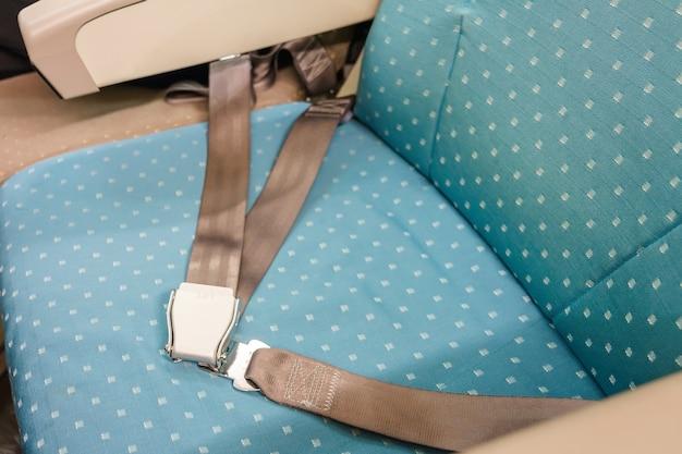 Cinto de segurança no banco do passageiro em avião comercial para segurança Foto Premium