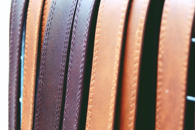 Cintos de couro coloridos na cremalheira close-up Foto Premium