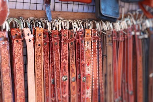 Cintos de couro de vendas no mercado Foto Premium