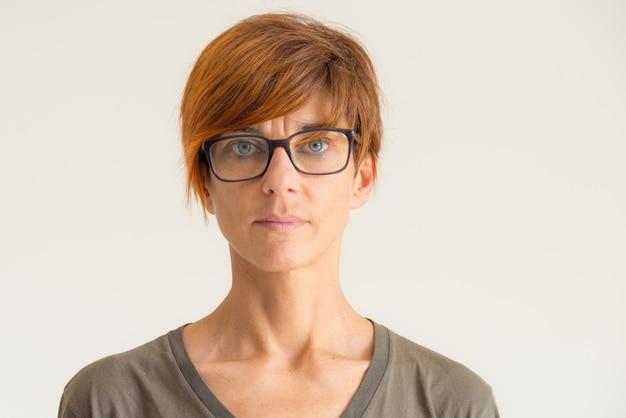 Cintura para cima retrato de mulher em fundo neutro Foto Premium