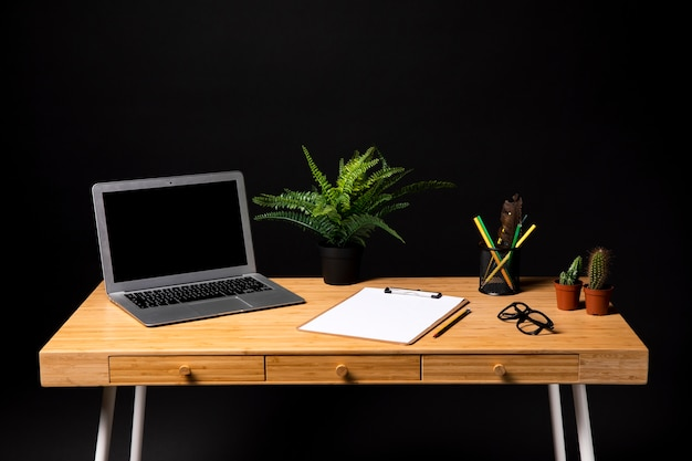 Cinza laptop com prancheta e óculos Foto gratuita