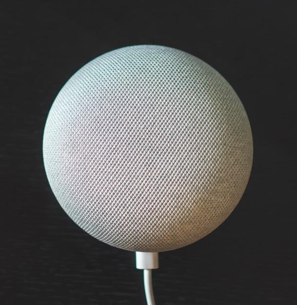 Cinza voz controlada mini alto-falante inteligente em fundo preto Foto Premium