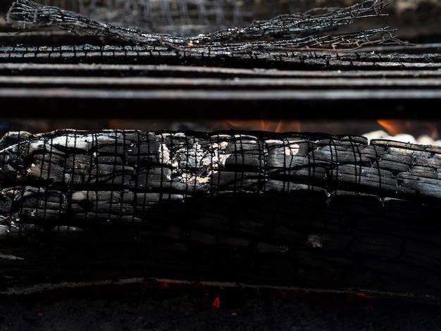 Cinzas fumegantes na fogueira Foto gratuita