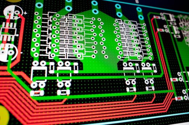 Circuito elétrico de pcb na tela do pc Foto Premium