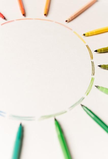 Círculo com diferentes traçados coloridos pintado com marcadores em papel branco. gradiente de traços coloridos. copie o espaço para logotipo, anúncio Foto gratuita