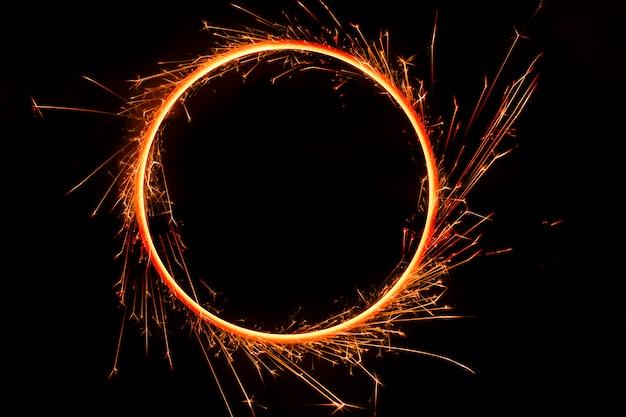 Círculo de chamas de fogo de bengala, em fundo preto Foto Premium