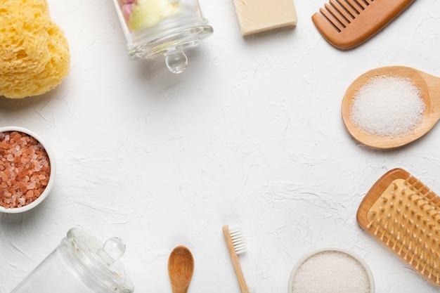 Círculo de ferramentas de esfregar e produtos de banho Foto gratuita