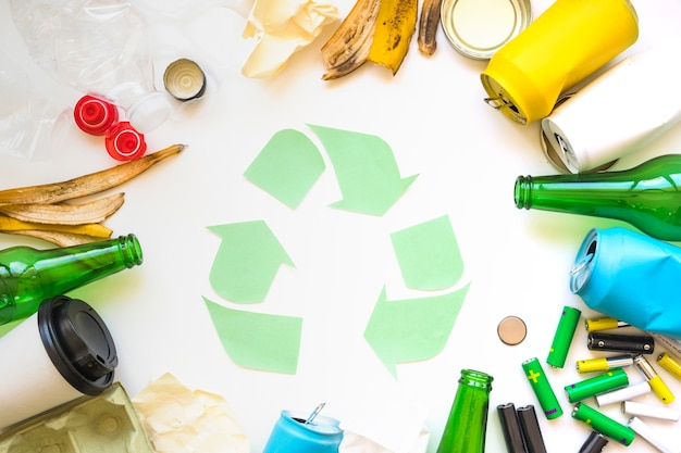 Círculo de lixo com o símbolo de reciclagem Foto gratuita