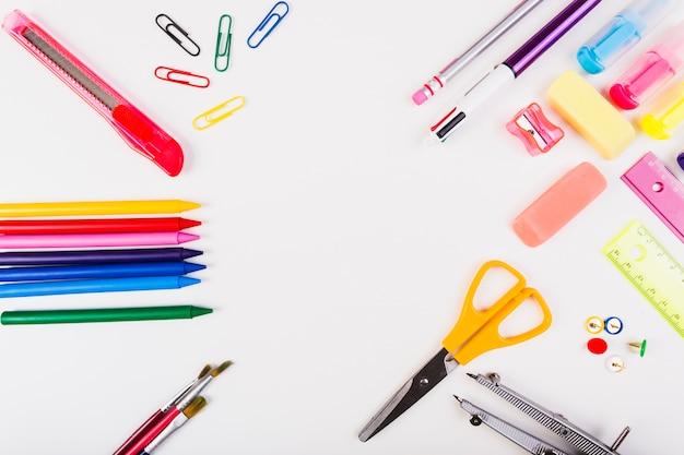Círculo de papelaria da escola Foto gratuita