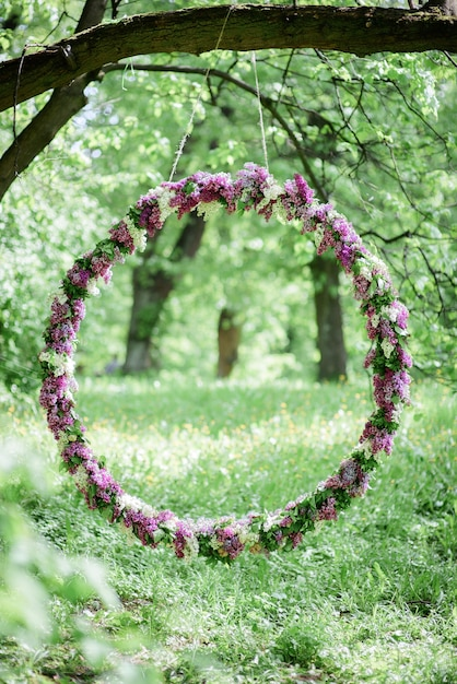 Círculo feito de lilás violeta e branco trava da árvore Foto gratuita
