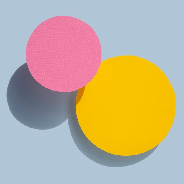 Círculos abstratos amarelos e rosa papel design Foto gratuita