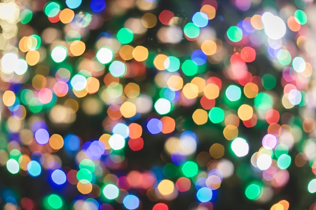 Círculos multicoloridos coloridos abstratos do bokeh para o fundo da luz de natal. Foto Premium