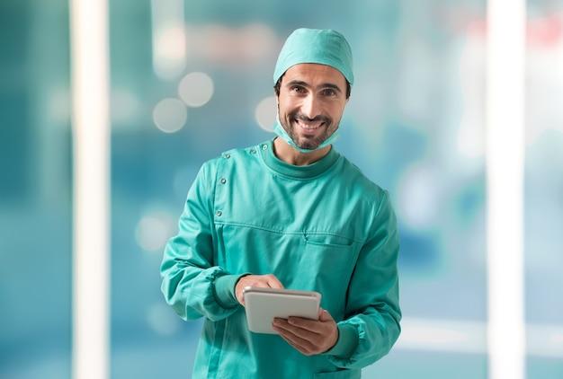 Cirurgião usando um tablet Foto Premium