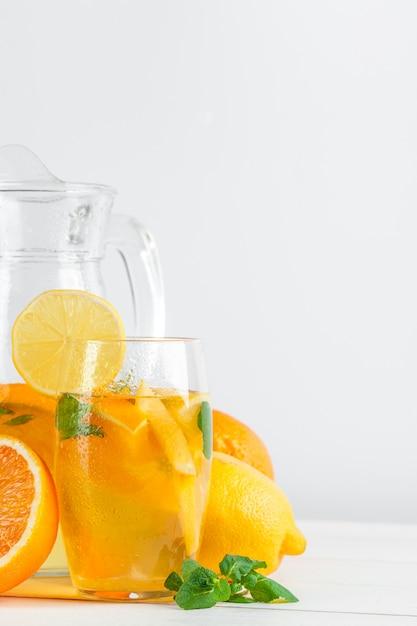 Citrino limonada, bebida de verão no fundo branco Foto Premium