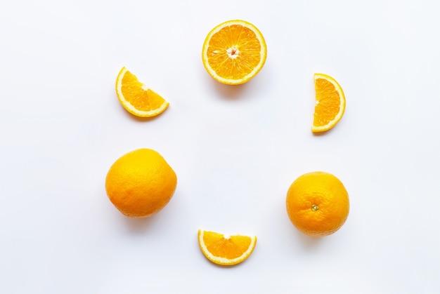 Citrinos frescos de laranja em branco Foto Premium