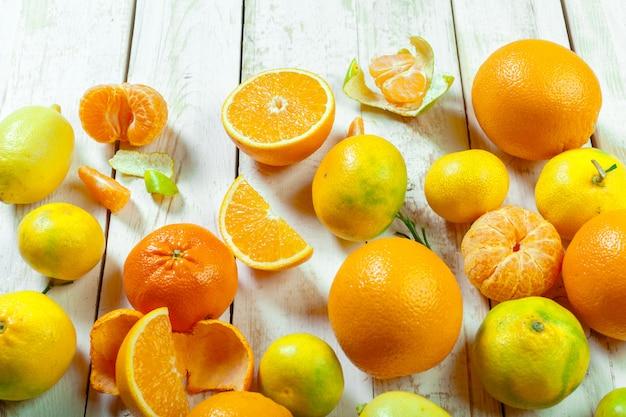 Citrus frutas frescas na mesa de madeira branca Foto Premium