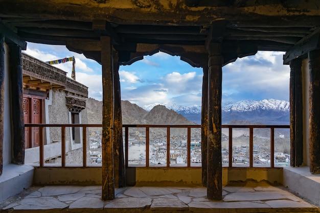Cityscape leh cidade ou centro da cidade com fundo de montanha da janela do palácio de leh em leh, índia Foto Premium