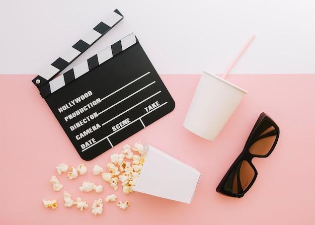 Claquete de cinema de vista superior com pipoca Foto gratuita