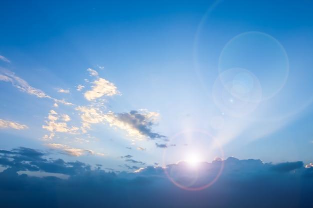 Claro, céu azul, com, nublado, e, len, flare, fundo Foto Premium