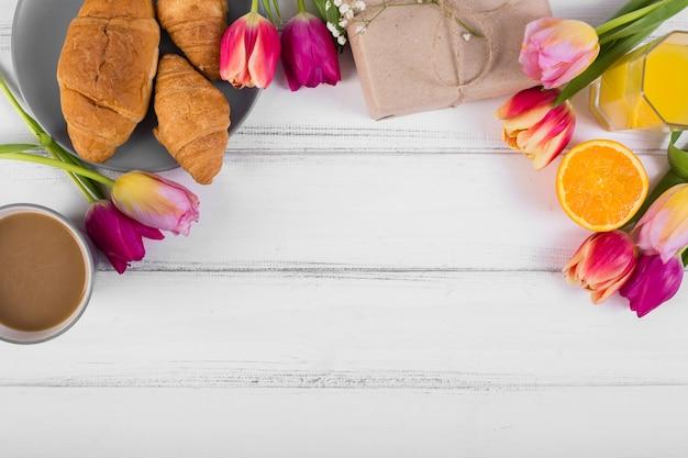 Clássico café da manhã de composição com tulipas Foto gratuita