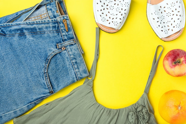 Clássico mulheres jeans denim shorts com franjas cor olive tank top espandrille sandálias toranja maçã Foto Premium