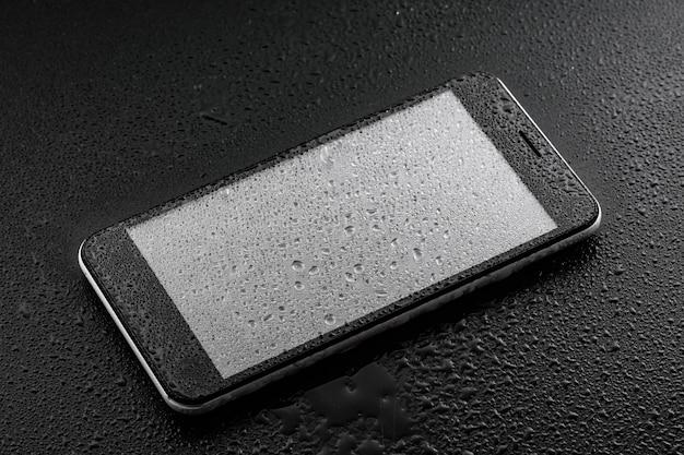 Classificação internacional de proteção contra ingresso - gotas de água líquida no copo do smartphone Foto Premium
