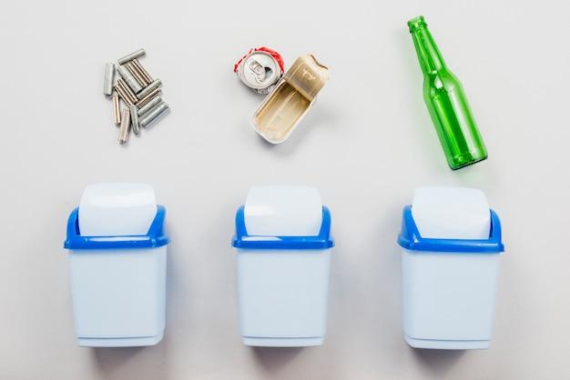 Classificando o lixo em latas de lixo separadas Foto gratuita