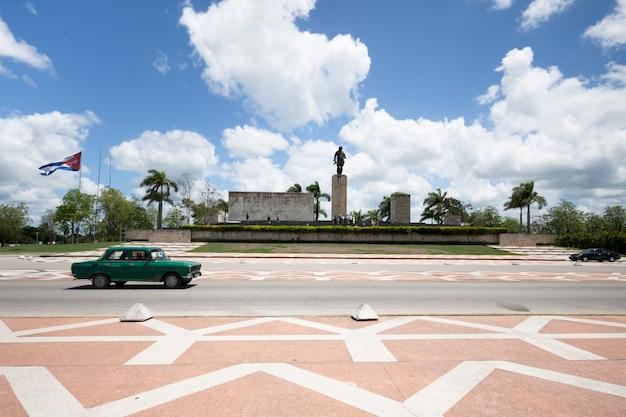 Classing car passing in front of monument em cuba Foto gratuita