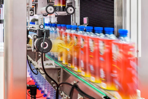 Clear bottles transfer on automated conveyor systems automação industrial para embalagem Foto Premium
