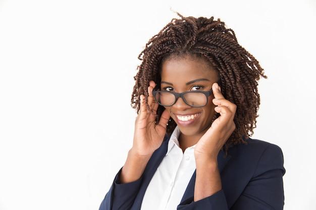 Cliente alegre feliz experimentando óculos Foto gratuita