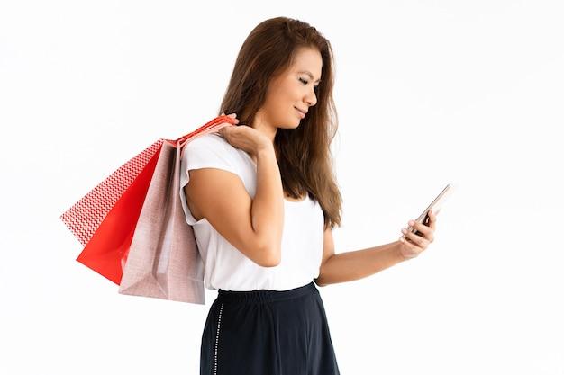 Cliente alegre, verificando o dinheiro de volta pelo smartphone Foto gratuita