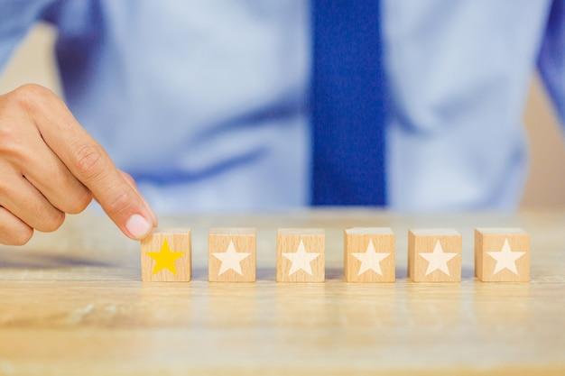 Cliente, apertando, estrela, ligado, cubo madeira Foto Premium