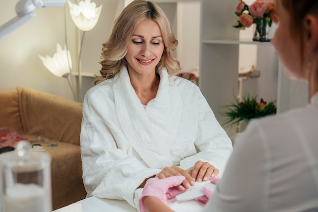 Cliente de higiene e cuidado das unhas Foto gratuita