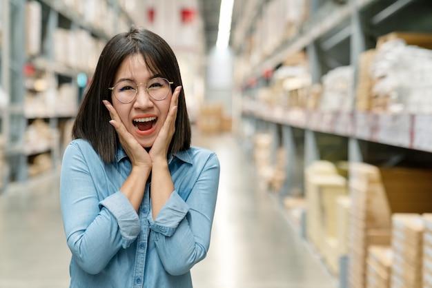 Cliente de mulher asiática surpreso olhando a câmera e se sentindo ...
