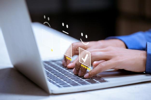 Cliente empresarial, pressionando o emoticon de rosto sorridente online, classificação de serviço, conceito de satisfação. Foto Premium