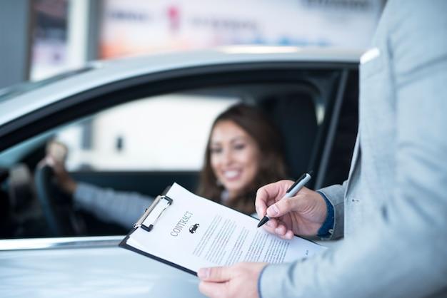 Cliente feliz comprando um carro novo Foto gratuita