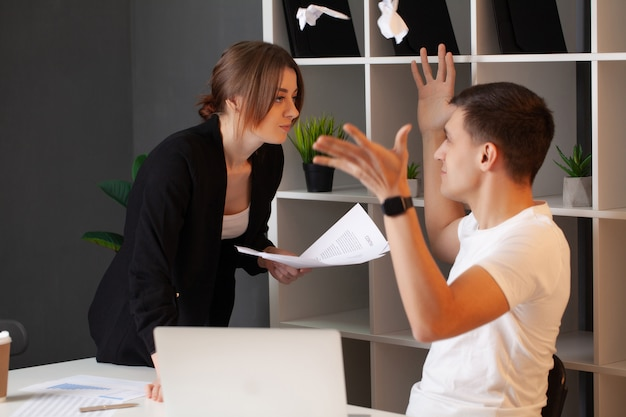Cliente irritado tem um conflito com o gerente da empresa Foto Premium