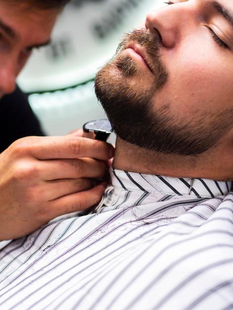 Cliente lateral com os olhos fechados Foto gratuita