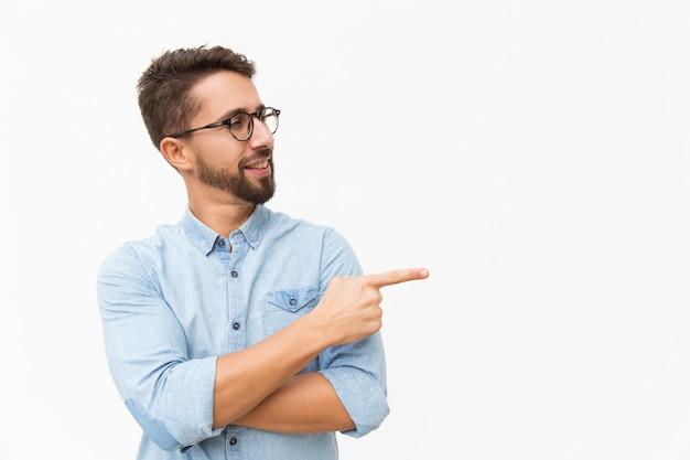 Cliente masculino positivo, apresentando novo produto Foto gratuita
