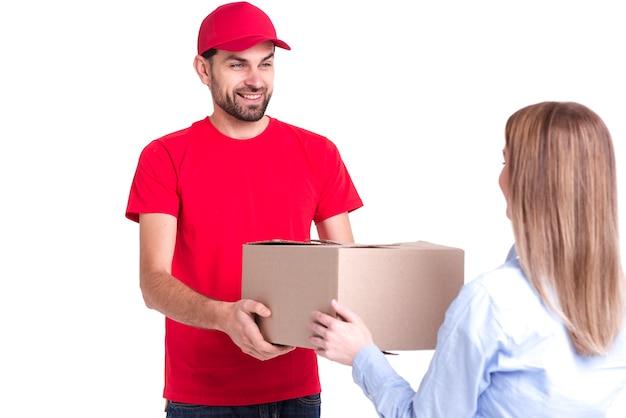 Cliente satisfeito de entrega on-line recebendo a caixa pela vista traseira Foto gratuita