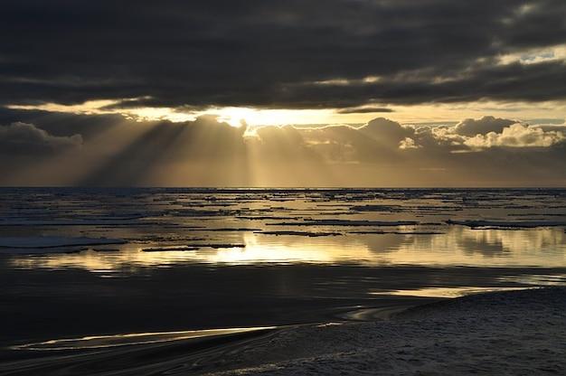 https://image.freepik.com/fotos-gratis/clima-sombrio-romantico-mar-sol-sunset-raio-de-sol_121-56091.jpg